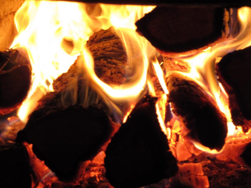 Греющий огонь в камине