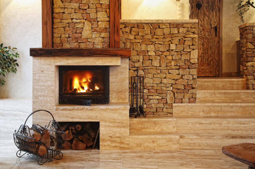 Большой дровяной камин для дома